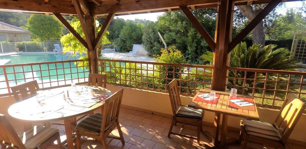 Terrasse du restaurant avec vue sur la piscine Carla Felden hostellerie St-Benoit
