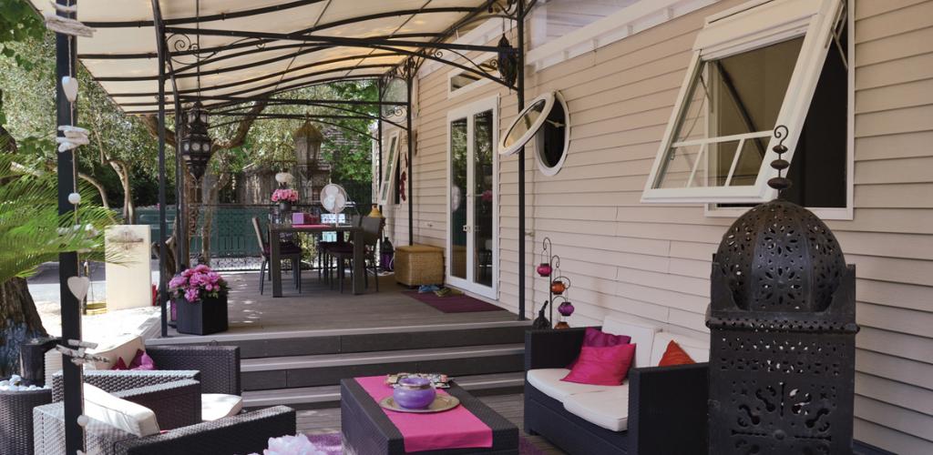 Camping Hortes Loisirs à Bessan - Terrasse d'un mobilhome Camping Hortes Loisirs