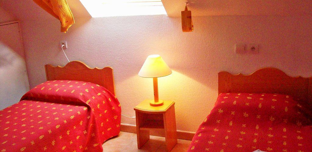 Gite-Somail-6-8-p-chambre-a-deux-lits ADS Vacances