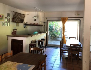 Gîte Le Refuge de Nebuzon - Salle à vivre et cuisine/bar Le Refuge de Nebuzon