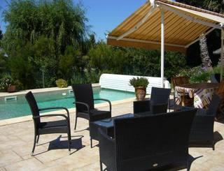 La piscine et terrasse en commun. Gîtes de France