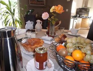Le moment convivial autour du petit-déjeuner. Gîtes de France