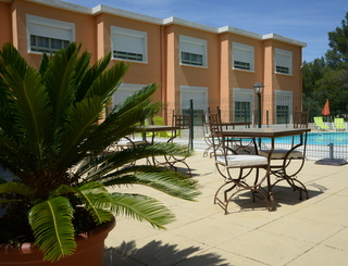 Les Rocailles extérieur tables piscine Montagnac Hôtel Les Rocailles