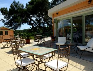 Les Rocailles extérieur tables Montagnac Hôtel Les Rocailles