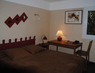 HOT-LE SUD HOTEL-MAUGUIO-CHAMBRE-500x300 ©Le Sud Hôtel