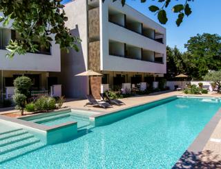 HOT-1-FORMEHOTEL-MAUGUIO CARNON-PISCINE-w500 ©Forme Hôtel