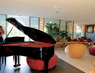 Oz'inn Hôtel-L'accueil et son piano Oz'inn Hôtel-Office de Tourisme Cap d'Agde Méditerranée