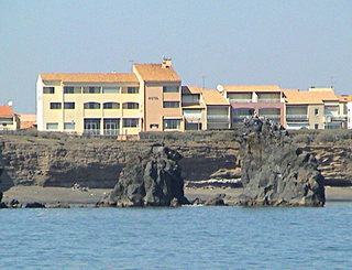 Hôtel la Grande Conque***- Le Cap d'Agde -falaises les rochers des 2 frères avec l'hôtel 2019-Hôtel La Grande Conque-OT Cap d'Agde Méditerranée