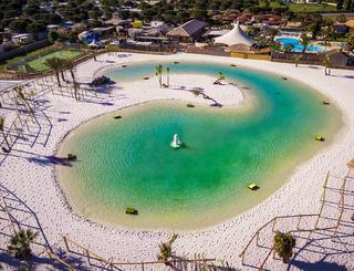 LE LAGON vous transporte sous les tropiques : eau turquoise, sable fin et palmie Sunêlia Domaine de la Dragonnière