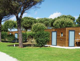 Emplacements de camping grand confort avec sanitaire chauffé individuel Sunêlia Domaine de la Dragonnière