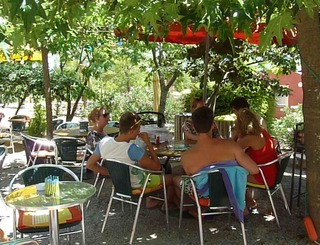 camping-domaine-le-vernis-minervois-herault-languedoc-terrasse le page mireille