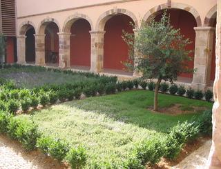 Cloitre jardin. Fontjun OTI du Terroir Saint Chinianais
