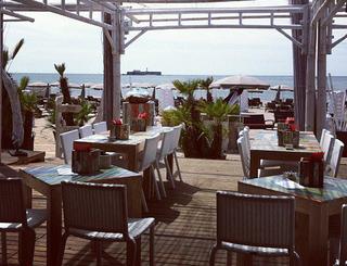 Terrasse du restaurant Bianca Beach, avec vue sur la mer et le Fort Brescou