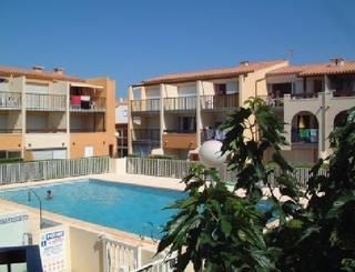 Résidence Aqua Plage - La piscine avec la résidence en arrière plan Résidence Aqua Plage