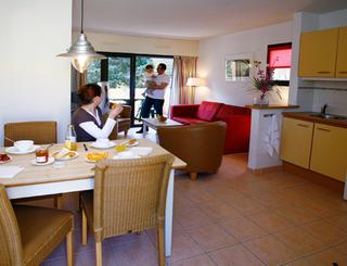 Résidence Saint-Loup au Cap d'Agde - Petit déjeuner dans l'espace cuisine Résidence Saint-Loup