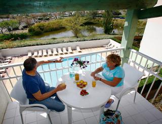 Résidence Primavera**, plage Richelieu au Cap d'Agde- Couple sur le balcon avec une belle vue Odalys Résidences