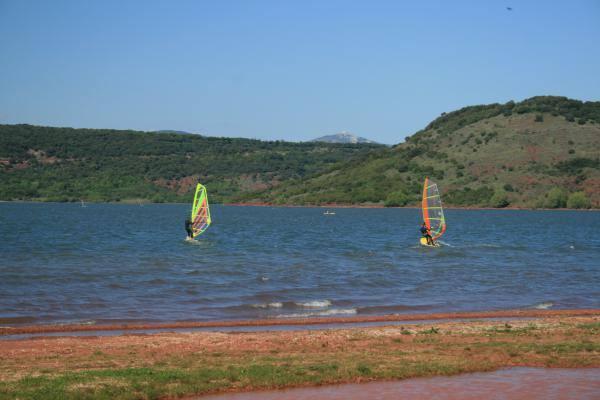 Planches à voile sur lac du Salagou Gîtes de France