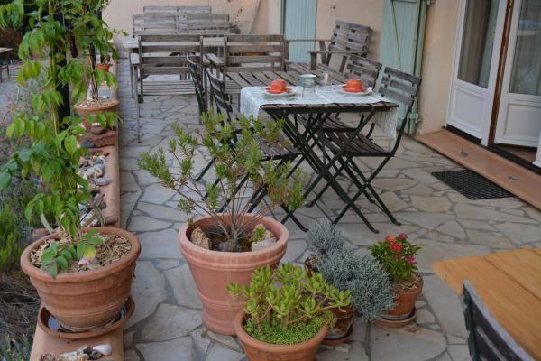 Petit déjeuner servis sur la terrasse ombragée Gîtes de France
