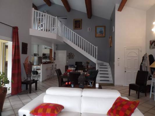 Le salon/séjour et accès aux chambres. Gîtes de France