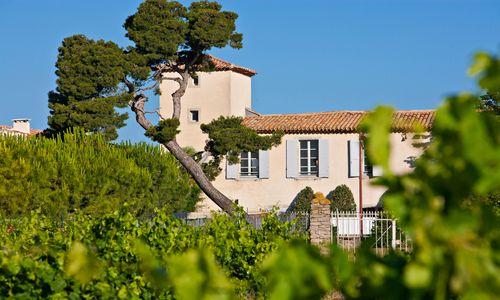 chateau de siran - le chateau vu des vignes logis herault - chateau de siran