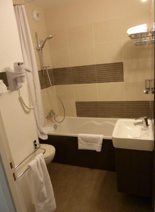 HOT-9-FORMEHOTEL-MAUGUIO CARNON-SALLE DE BAIN-w500 ©Forme Hôtel