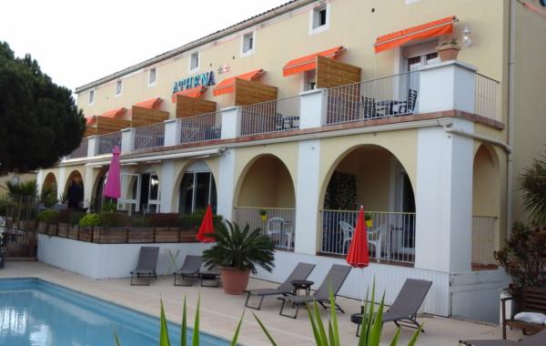 Hôtel Athéna** à Agde - les chambres avec terrasses côté piscine .