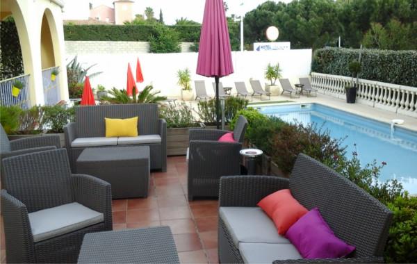 Hôtel Athéna** à Agde - la terrasse avec la piscine .